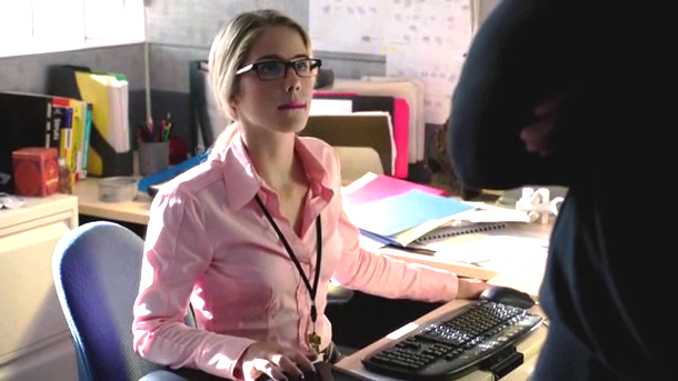 Felicity Smoak - Rocking the glasses